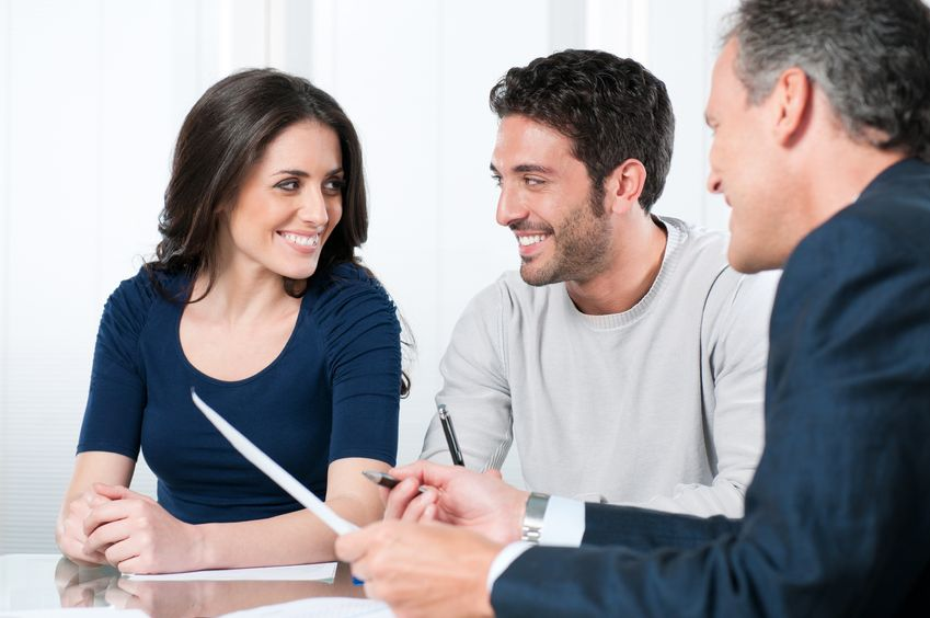 8590254-financial-consultant-presents-bank-investments-to-a-young-couple